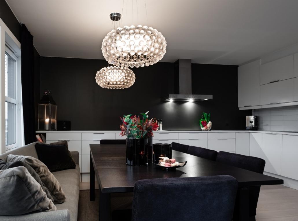 Kjøkken med mørke dører med to moderne lamper i taket