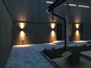Eksteriør husvegger med moderne lamper