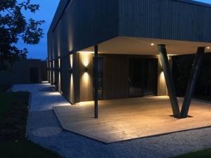 Funkishus med moderne belysning på vegg
