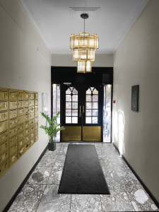 Inngang med postkasser og lyskrone